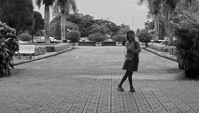 B+W street photo girl looking up