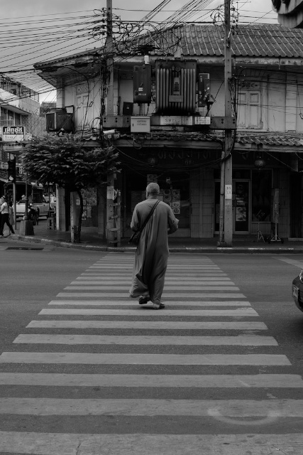 man crossing a clear Yarowat Road in Bangkok