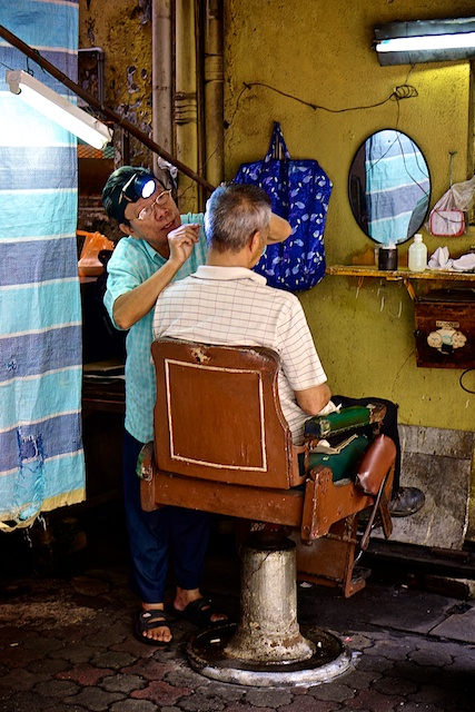 Outdoor barber on Jalan Sultan KL Chinatown