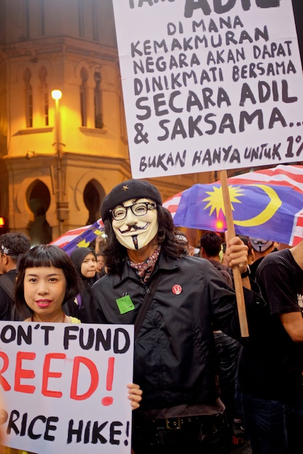 Turun protesters with signs 31.12.13